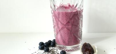 Tropical berry smoothie met chia zaden, dadels en kokos