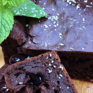 Suikervrije chocoladecake met rode biet, gedecoreerd met kokosrasp en verse munt