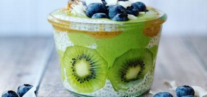 Groene Chia feest pudding met blauwe bessen en kokos