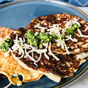 Hartige proteïne pannenkoeken eiwitrijk met pesto