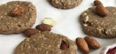 plaat met proteïne havermout koekjes met amandelen