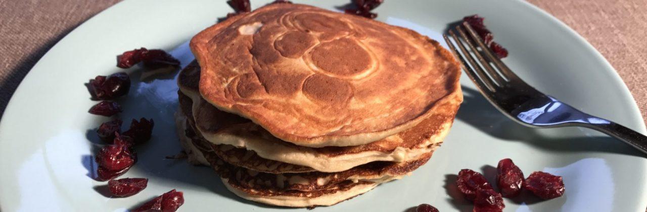 stapeltje van 5 kleine pannenkoeken op bord met cranberry's