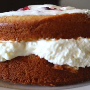 Koolhydraatarme Victoria sponge cake met vulling