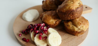 Bananenbroodmuffins op houten plank