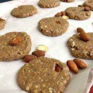 Proteine koekjes op een bakplaat met amandelen