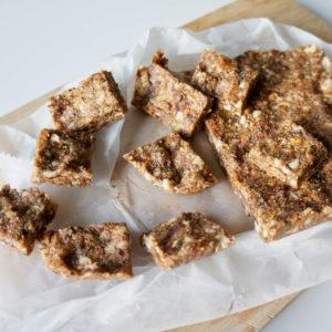 vijgen noten reep met eiwit op wit bakpapier en houten plank