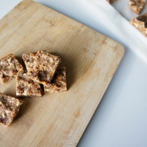 Vijgen noten snack op houten plank