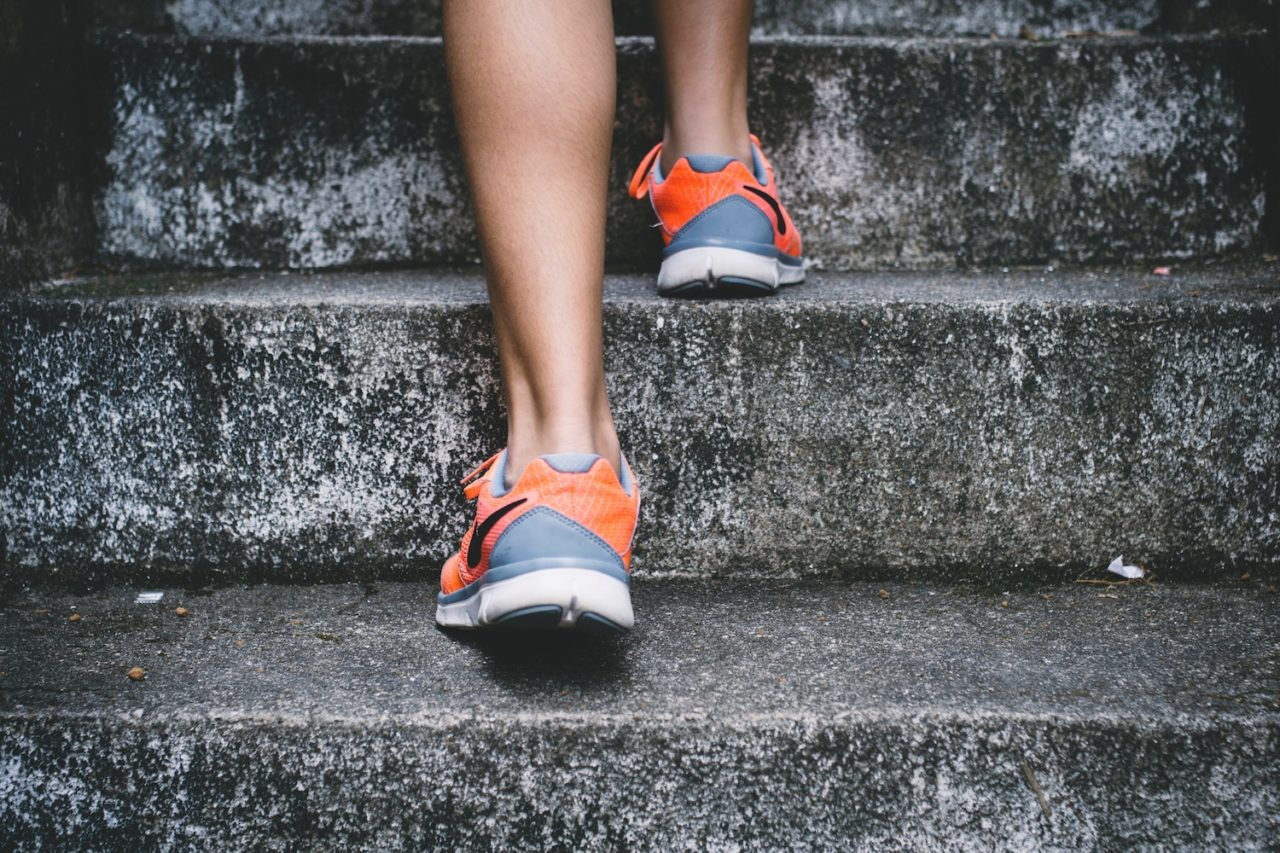 Hardloopschoenen op stenen trap