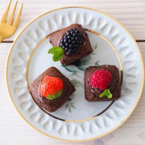 Chocolade cakejes op bord met fruit