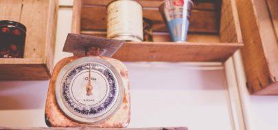 Ouderwetse weegschaal met houten kistjes